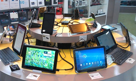 Popular 10-inch tablets are on the bigger circular platform while the 7-inch tablets and other pads take position on the smaller circle of devices above. Note the void of marketing to brainwash consumers as the gadgets are left to consumers to fiddle with and make their own judgment.
