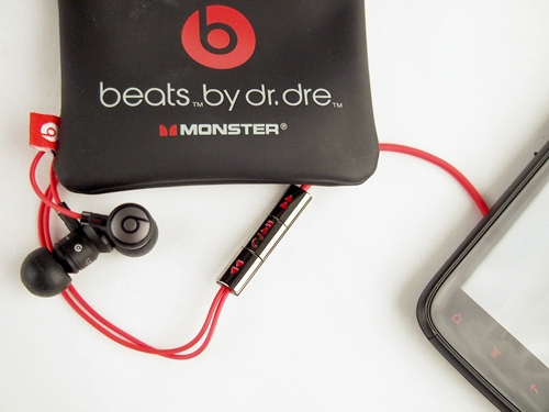 The Sensation XE comes bundled with a custom-made HTC urBeats in-ear headphones by Dr Dre (with red wires of course) that comes with a remote control. On the whole, the gadget feels well-constructed save for the remote control; the latter looks and feels tacky and cheap.