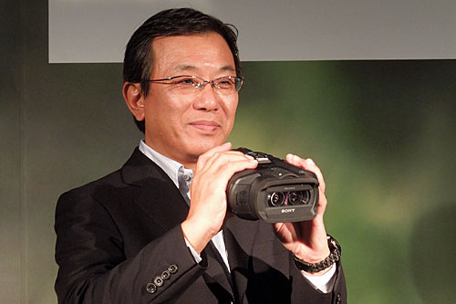 Here's Mr. Nobuaki Baba, General Manager, B&I Product Design Department, Imaging Division 1, Personal Imaging & Sound Business Group, from Sony Corporation posing with the DEV-5.