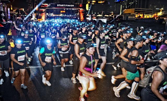 After the successful night races in Cebu, Dagupan, and Davao, Energizer Philippines finally staged the first Energizer Night Race in Metro Manila last Saturday in Bonifacio Global City, a popular place where huge fun runs happen.