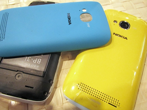 As mentioned, the smartphone can be accessorized with a variety of colored back covers ranging from black, white, cyan, fuchsia and yellow. These covers are either matte or yellow, depending on the color. Thankfully, they are easy to remove.