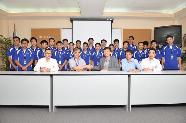 The executives and representatives of Samsung Electronics Philippines Corporation (SEPCO) and Don Bosco Technical College (DBTC) in Mandaluyong. Behind them is the first batch of beneficiaries of the new program that resulted from the refortified partnership between SEPCO and DBTC.