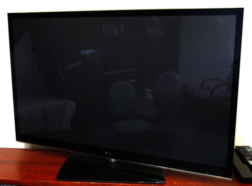 The reflective nature of the panel's glass surface also tends to create unwanted glare under brighter ambient conditions. Would LG's 'TruBlack' filter be able to compensate for this? We'll find out over the next few pages. Also, this TV swivels, if it isn't obvious from the picture.