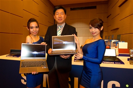 "Kwon Jae Hoon with the Series 7 CHRONOS notebook showing off its large 14"" display in a 13"" body"