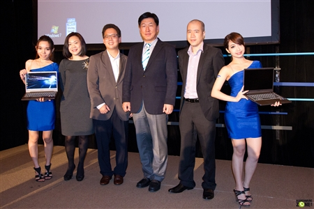Samsung executives flanked by models holding up the Series 7 CHRONOS notebook at its launch