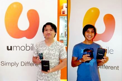 The two winners of U Mobile's Prepaid BlackBerry Contest, Terence Ricky Chiu (left) and Mohd. Shahrizzal bin Abdul Aziz (right), were all smiles as they received their prizes