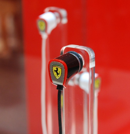 Meet the S100 earphones. They feature 10mm drivers with TFAT driver technology, anti-angle cables and come with a control module. The package is accompanied by a well designed earphone box that has a carbon fiber textured feel and the classic Ferrari emblem.