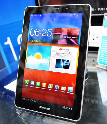 The Super AMOLED Plus display on the Galaxy Tab 7.7 is nothing short of stunning. It also has full smartphone capabilities, meaning you can make calls and texts, plus surf the Internet on the go at up to 21Mbps.