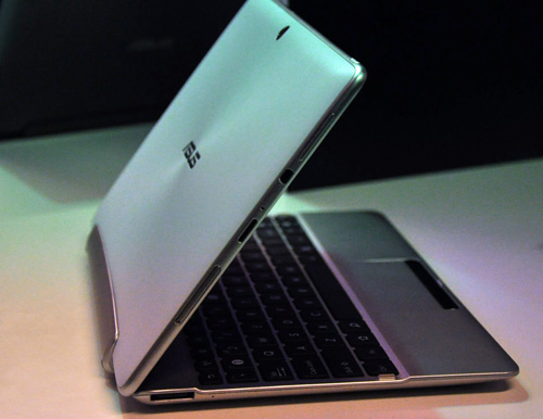 The ASUS Transformer Pad 300 is slightly thicker and heavier than its Infinity 700 counterpart. Nonetheless, the device itself is still slim and small even when plugged into its keyboard dock.