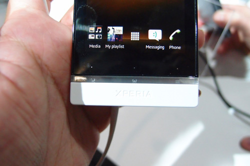 All phones in the Xperia NXT line come with a thin plastic band that acts as an indicator for their touch sensitive controls. The band in the Xperia U's case, has a larger and more interesting role to play.