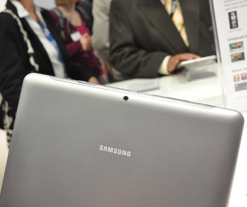 All nice and clean - we must say that we definitely prefer the Samsung Galaxy Tab 2 10.1's less glossy back.