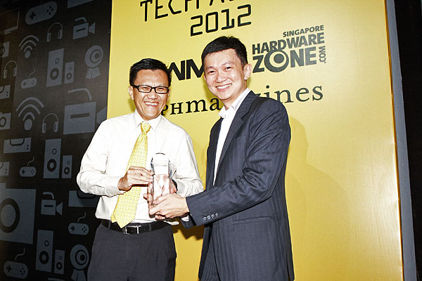 Canon won a total of six awards, including Reader's Choice for Best Point & Shoot Digital Camera Brand, Best DSLR Camera Brand, Best Inkjet Printer Brand, and Best HD Camcorder Brand. Here's Mr. Andrew Koh, Senior Director & General Manager of Canon Singapore accepting the awards.