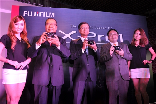 From L-R: (2nd from left) Paul Ho, Senior Executive Director, FUJIFILM (Malaysia); Hiroyuki Sakai, Managing Director, FUJIFILM Asia Pacific; and Yasunobu Nishiyama, Managing Director of FUJIFILM (Malaysia) accompanied my models during the launch of the X-Pro1
