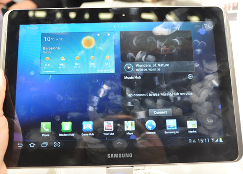 If we were to be very honest, it is pretty hard to tell which is which: the Samsung Galaxy Tab 2 10.1 or the Galaxy Note 10.1. However, the former comes in a light shade of grey and does not showcase Galaxy Note-related apps.