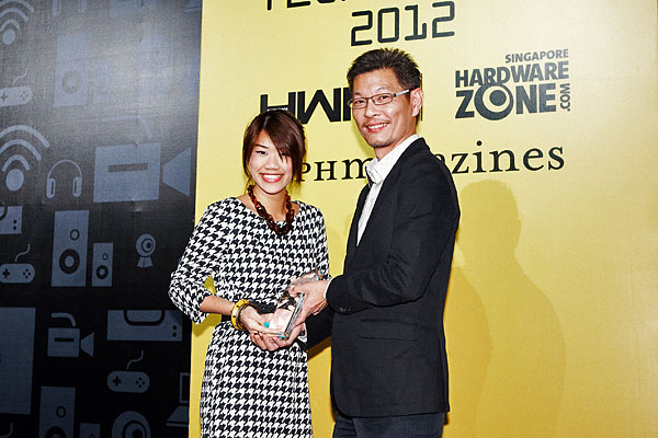 Nikon went home with the Reader's Choice award for Best Mirrorless Camera Brand. Here's Ms. Ethel Tan from Nikon Singapore receiving the award.