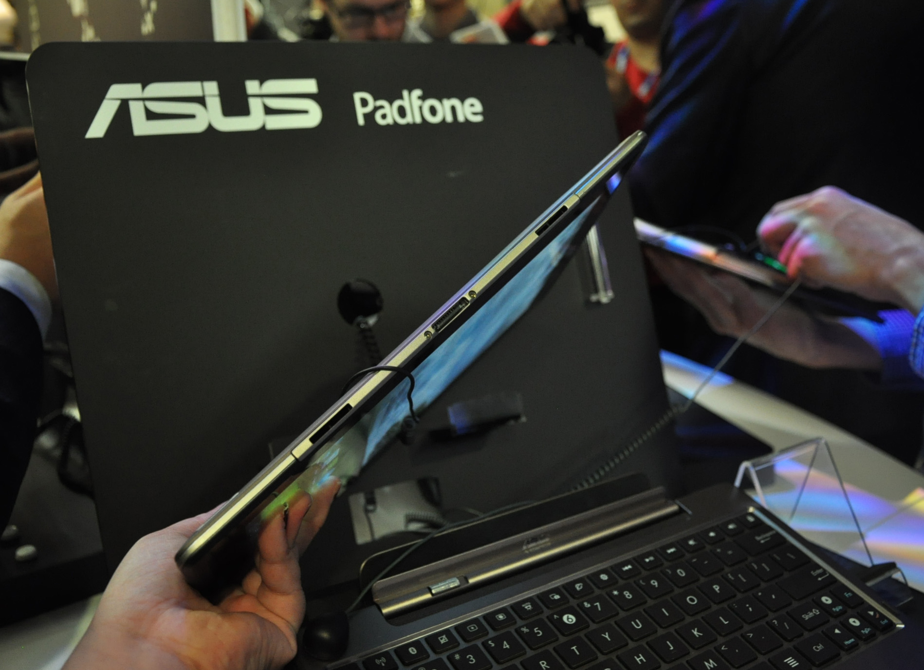 The other optional accessory that users can get is the keyboard dock which will effectively transform the PadFone/PadFone Station into a netbook.