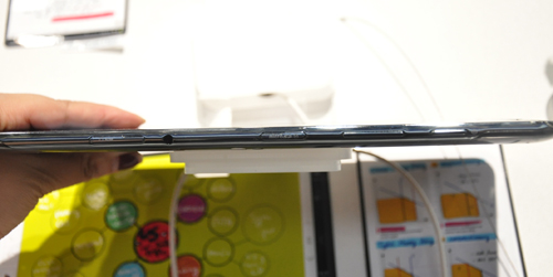 The device is extremely thin at 8.9mm and is slightly slimmer than the Galaxy Tab 10.1 (9.7mm).