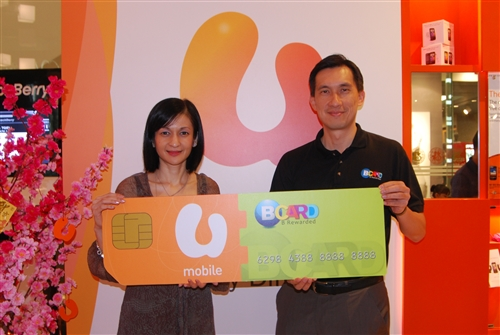 From L-R: Aletheia Yashoda P., U Mobile's Head of Product & Marketing & Gary Yeoh, Director of BLoyalty Sdn Bhd officiating the partnership between U Mobile and BCARD