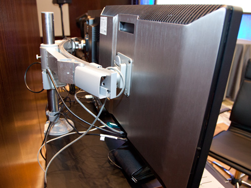 You can remove the base that comes with the Z1 workstation so that the system can be attached to a standard VESA monitor mount as shown in the setup below.