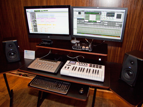 The HP Z1 workstation appeals to a wide group of users and not just limited to engineers and 3D graphics artists. In this usage scenario, HP demonstrated how the HP Z1 can apply to music composers as well as sound editors. Using a standard VESA monitor mount, the workstation can be mounted together with another HP 27-inch monitor to give the user extra desktop real estate. According to HP, this is possibly the best configuration for the HP Z1.