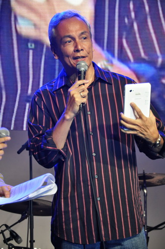 Singer, songwriter and professor Jim Paredes talks about how he is able to write, record, and edit songs right on the tablet, without needing a laptop.