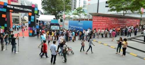 Hopeful Nokia fans lining up to be one of the lucky 100 people to purchase the amazing Nokia Lumia 800 and their gifts of a Nokia Purity HD headset, Microsoft Arc mouse and Nokia premiums worth RM1,000