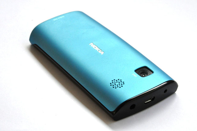 Situated on its battery cover is the speaker grill and the 5-megapixel camera that takes pretty decent photos and videos. The cover can be changed to different colors to personalize your phone.