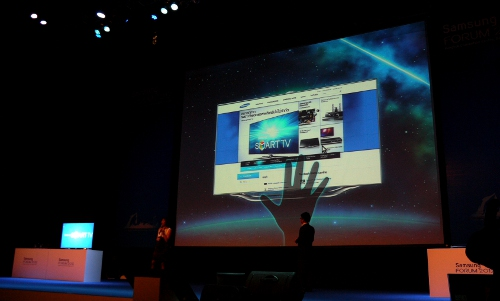 Miss Adele Tan, Samsung's Regional Manager of Audio Visual, and Mr Ariel Arias, Head of Audio Visual, Samsung Philippines, gave us a brief overview of the gesture-controlled features which will be integrated with Samsung's premium 2012 HDTVs.