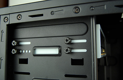 Optical drives are installed by way fastening thumbscrews too. There's eight to fasten (four on each sides), making installation really tedious. But we reckon most would just use four.