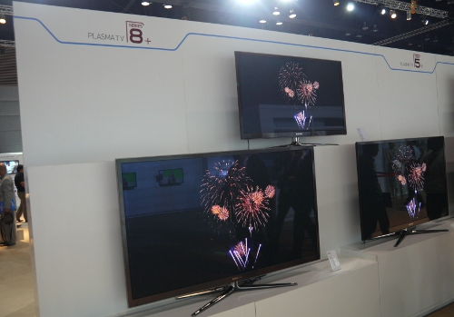 Samsung did not neglect their PDP series either. Shown here are the new E8000 plasma TVs with a relatively slim profile of 1.5 inches. Other fittings include a Real Black Pro panel, 3D capabilities, a dual-core processor (like the ES8000) and a 'titan black metal' color scheme.