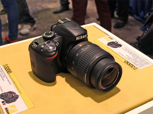 The D3200 has taken some design and style cues from the newer models, the D4 and D800, such as the red triangle on the handgrip that is now a thin red strip.