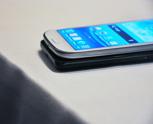 However, it is slightly thicker than the Galaxy S II (8.49mm) - the difference is barely noticeable. What stands out is the difference in its design; the curvy Galaxy S III resembles more of the Galaxy Nexus than its boxy predecessor.