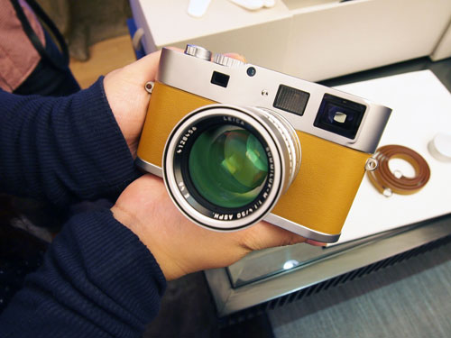 Here's a closer look at the camera. If you had previously thought the Leica M9-P feels like the most premium camera, then the Hermès edition will make you change your mind.