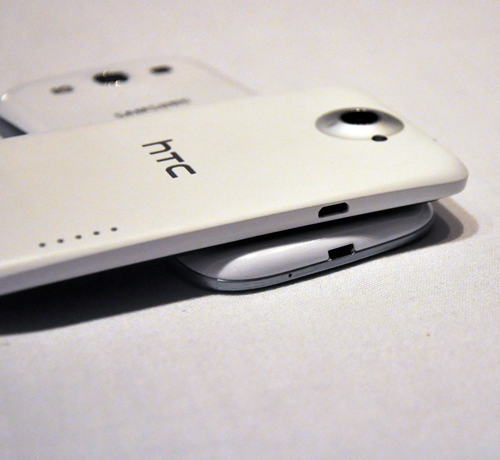 The micro USB is situated on the bottom with the headphone jack sitting right on top of the phone. Oh and yes, we managed to slip in an obligatory white HTC One X vs. white Samsung Galaxy S III shot.
