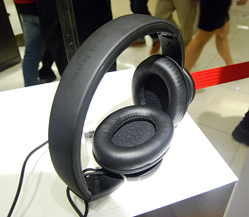 The ear-cups and cushioning are moderate but proves the old adage that sometimes less is more. We found the headphones to be very comfortable when trying it at the venue.