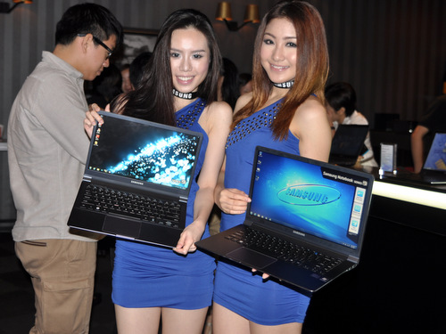 Just like the two beautiful models here, the Series 9 will come in two sizes and dual color options. There will be a 13.3-inch edition that comes in black aluminum, and a couple of 15-inch models that come dressed in silver magnesium or black aluminum.
