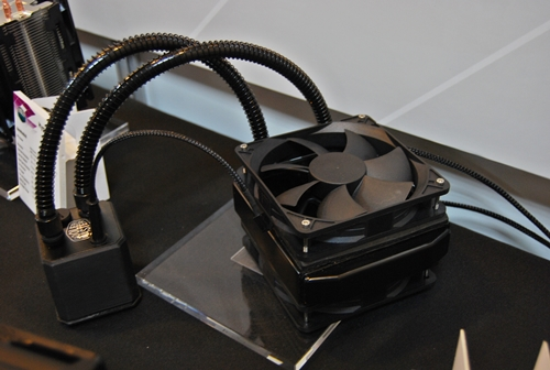 The Eisberg 120 is supposed to feature a single 120mm fan; however, the folks at Cooler Master have attached another 120mm fan on top of the original one. We may see penny pinching folks opting for the cheaper Eisberg 120 and slapping another of their own 120mm fan.