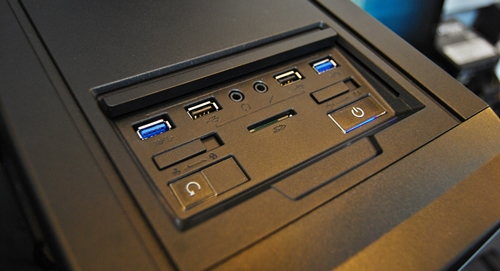 On the left, there is a fan control switch to control the fan speeds while the switch to the right is one to toggle between HDDs. It also features two pairs of USB 2.0 and 3.0 ports.