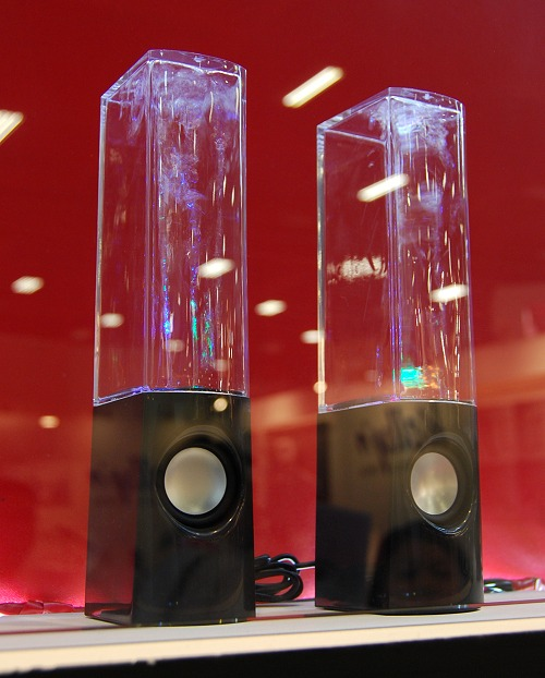If you need a conversational piece that's small, affordable and something anyone would go wow, you got to check out ATake's dancing water speakers. Simple and compact, it's well executed. Works with a PC or functions as a stand-alone with other inputs via 3.5mm audio jack, the speakers have an output of 6 watts and run on USB power.