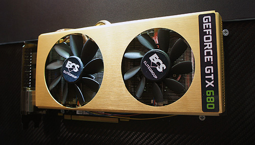 All that glitters is gold? ECS certainly thinks so. After the gold-plated Z77H2-AX, this is the ECS GeForce GTX 680 Black Series. The gold-plated custom cooler cover acts as a radiator, dissipating heat into the environment.
