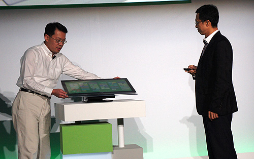 Campbell Kan, President of Personal Computer Global Operations, demonstrates the impressive rotating stand of the Aspire 7600U.