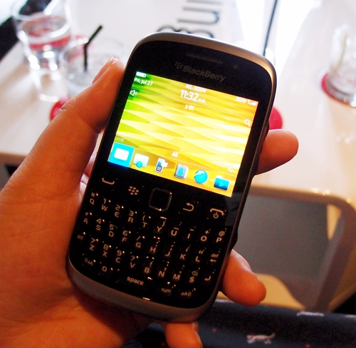 The new BlackBerry Curve 9320 runs on BlackBerry 7.1 OS (not 10, unfortunately) and reverts back to the old-school BlackBerry user experience, ditching the touchscreen form factor and keeping the focus on its dedicated QWERTY keyboard.
