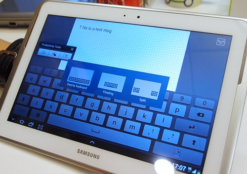 With a simple pinch gesture on the keyboard, users can easily switch from three different keyboards, the regular QWERTY, floating and split. The floating keyboard is especially useful if you are working in Multiscreen.