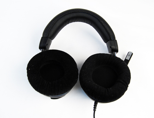 Velvet cushioning covers the 40mm drivers which provide sound for the Corsair Vengeance 1500.