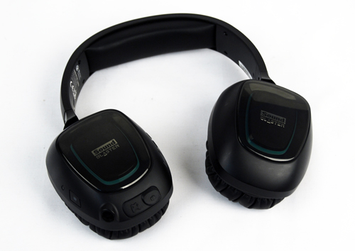 The headphones themselves have a simple boxy design, nothing really eye catching, but not wholly bad to look at either.