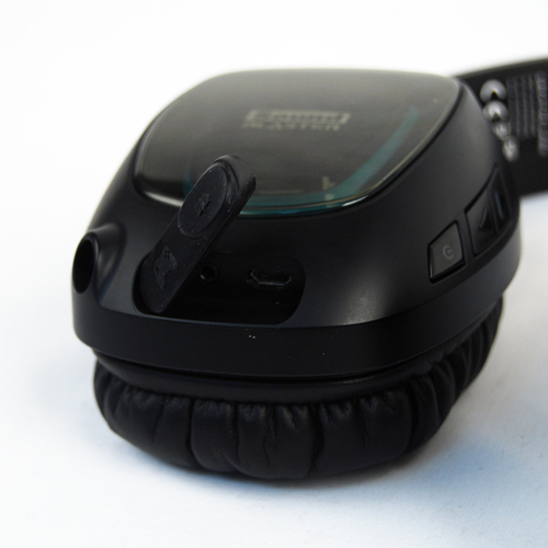 The bottom of the right hand side ear-cup hosts the ports for connecting with consoles if the wireless mode is not being used.