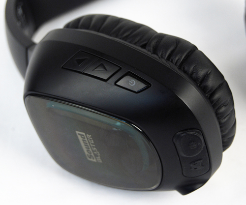 Buttons to control operations of the headphones can be found on the right hand side. Here we can see the power button and the arrows for controlling volume.