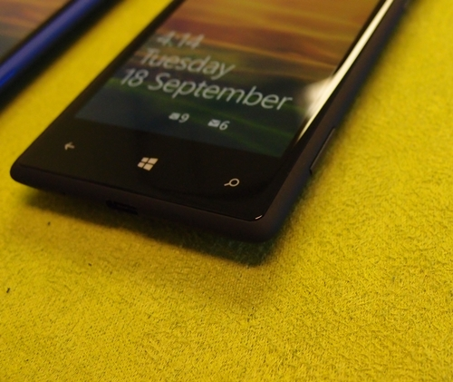 The iconic trio of Windows Phone icons aside, the curved unibody design can also be clearly gleamed from the front.