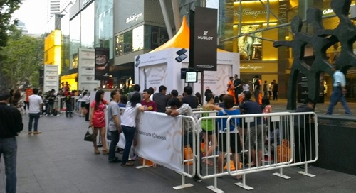 Although M1 did not hold a special launch event, we dropped by Paragon for a quick peep at its queues at about 7.10 am.