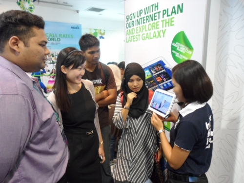 Maxis One Club members getting a more up close and personal experience with the new Samsung GALAXY Note 10.1